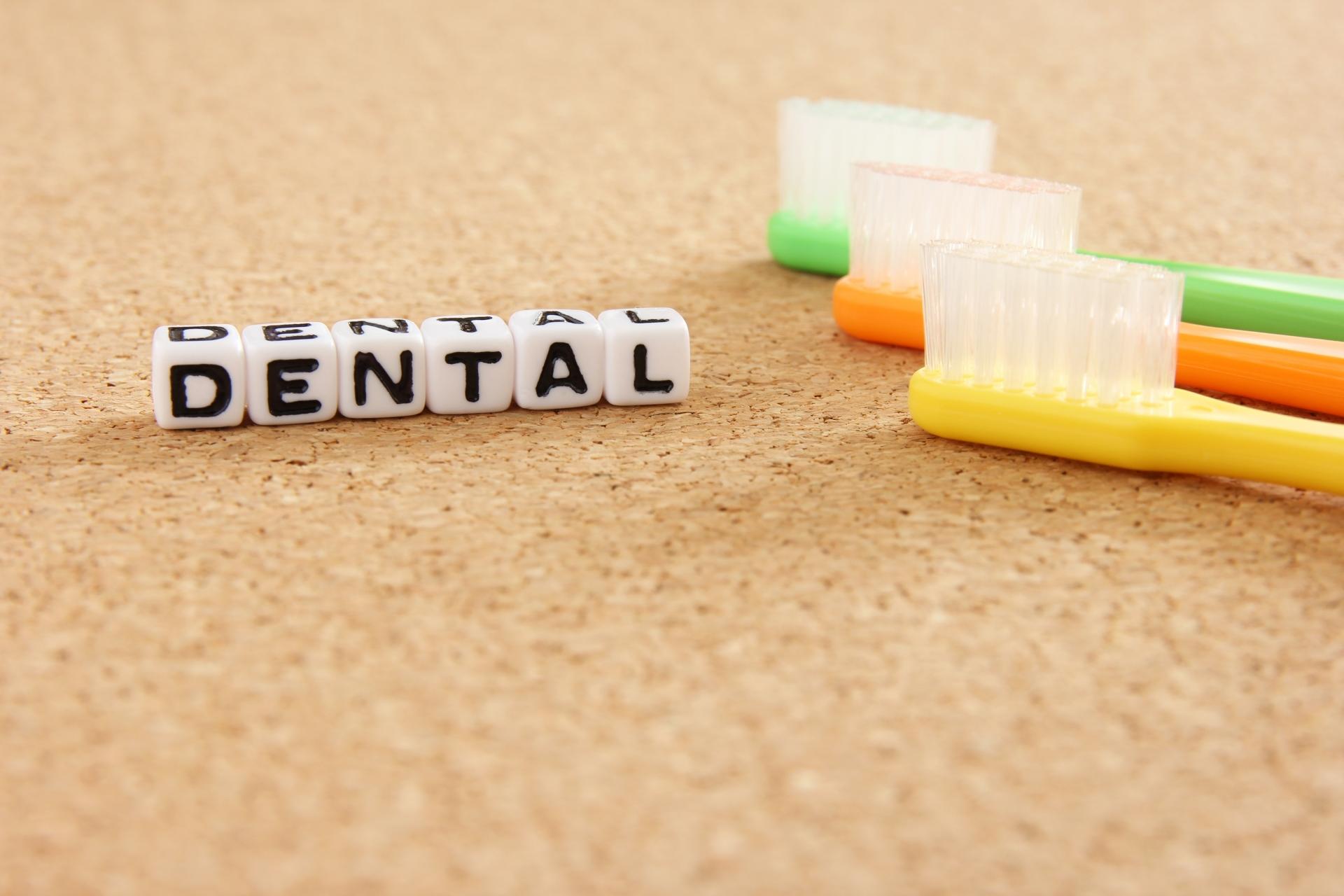 セラミック素材を使用した歯の治療は、通常保険適用外となります。そのため、セラミックと銀歯の違いを踏まえ、歯医者さんとしっかり相談しながら、治療の方針を決めることが一番と言えます。